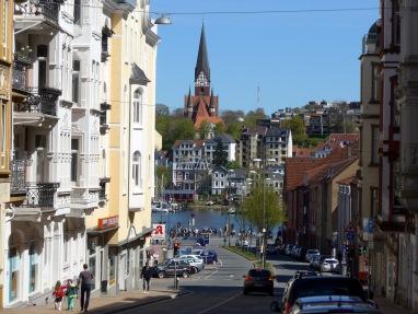 Blick zum Hafen mit der St. Jürgen Kirche.