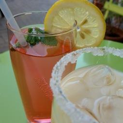 Sommerfrische: eisgekühlte Limonaden und Cocktails.
